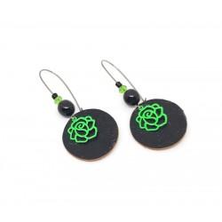 Boucles d'oreille cuir noir et breloques roses vertes