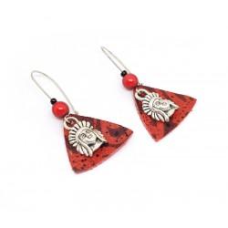 Boucles d'oreille cuir rouge et breloques indiens